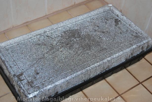 Istutuslaatikko on hyvä laittaa lämpöiseen paikkaan, kuten kylpyhuoneeseen jossa on lattialämmitys. Kannen alta ei kosteus pääse karkuun.