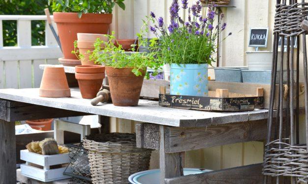 Työpöytä puutarhassa